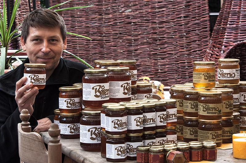 Imker Karner mit dem Honig seiner Bienen