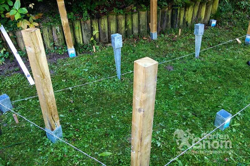 Igel Auswilderungsvoliere: Die Bodenanker für die Holz-Steher werden eingeschlagen.