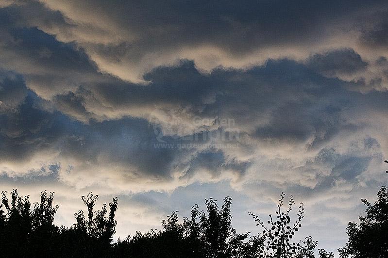 Nimbostratus-Wolken bringen viel und lang andauernden Regen.