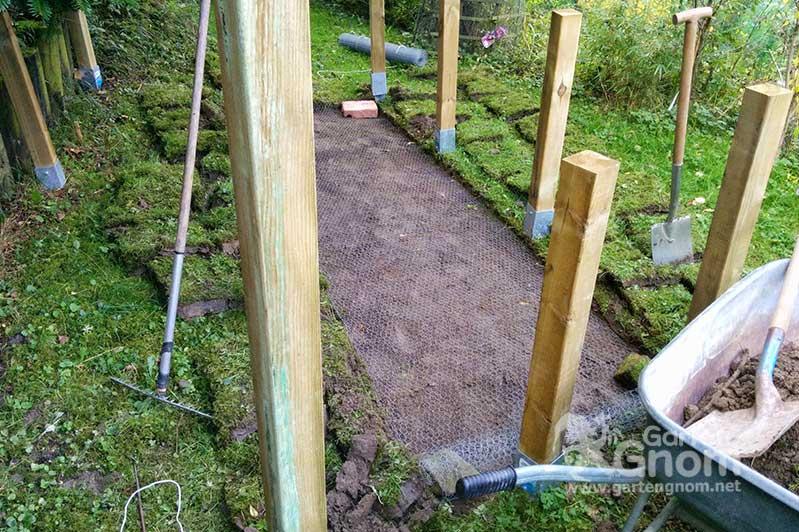 Um das Igel-auswilderungsgehege rundum ausbruchsicher zu machen, wird auch im Boden ein Gitter angebracht.