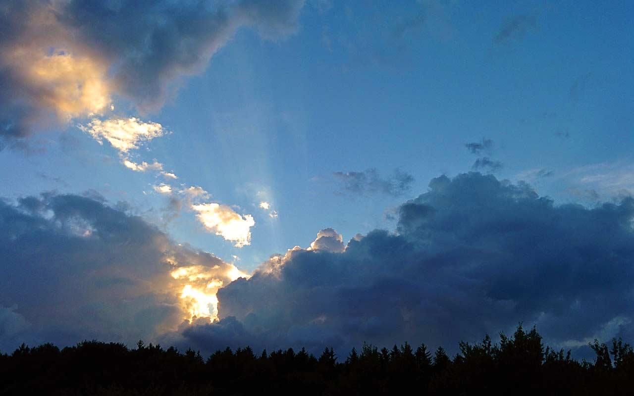 Wolkenhimmel mit Abendsonne